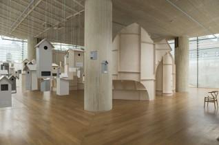 """Installasjonene """"Kroppsrom"""" og """"Hus for et utvalg norske fugler"""".  Arkitekt: Atelier Oslo. Foto: Frode Larsen, Nasjonalmuseet."""