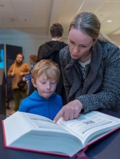 Bla i den nye illustrerte utgaven av Snorres saga  i utstillingen. Foto: Annar Bjørgli, Nasjonalmuseet