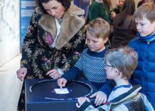 Flere typer interaktive stasjoner appellerer til flere generasjoner. Foto: Annar Bjørgli, Nasjonalmuseet