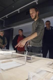 Daniel Rybakken omviste i utstillingen på Eidsborg, Vest-Telemark Museum. Foto: Børre Høstland, Nasjonalmuseet