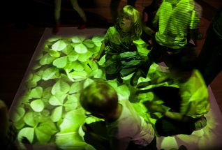 Fotoet med kløverblader forestiller barn på et verk av Nikolaj Recke. SMK Foto: Frida Gregersen