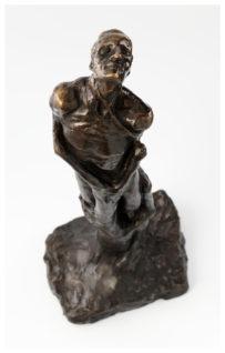 Mann omslynget av et tre Foto: Annar Bjørgli, Nasjonalmuseet