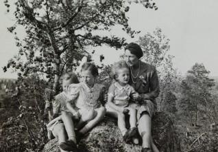 Et siste blikk på Norge. Kronprinsessen med barna under reisen gjennom Finland på vei til USA, 15. august 1940  Foto: Privat / Det kongelige hoffs fotoarkiv