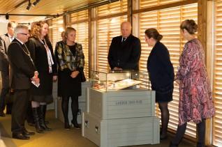 Kong Harald åpnet utstillingen på Glomdalsmuseet 21. september 2012. Fornyings-, administrasjons- og kirkeminister Rigmor Aaserud,  konstituert fylkesmann i Hedmark Sylvia Brustad og ordfører Erik Hanstad var også tilstede.