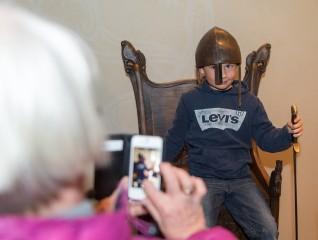 Publikum kan ta bilder av seg selv i en kopi av Blakerstolen - et ekte vikingsete.Foto: Annar Bjørgli, Nasjonalmuseet