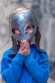 Prøv en tro kopi av en vikinghjelm. Foto: Annar Bjørgli, Nasjonalmuseet