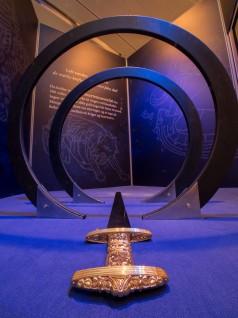 Tro kopi av Snartemosverdet som de besøkende kan svinge. Foto: Annar Bjørgli, Nasjonalmuseet