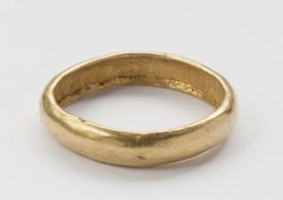 Gullring, datert 300-600 e.kr., ble funnet på Rennesøy i Rogaland. Eier: Kulturhistorisk museum, UiO. Foto: Nasjonalmuseet, Annar Bjørgli.