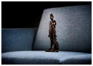 Angsten står i sofaen. Foto: Annar Bjørgli, Nasjonalmuseet