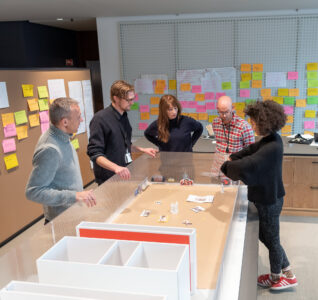 Her er kjernegruppen i Jeg kaller det kunst, Nasjonalmuseets åpningsutstilling, i gang med å diskutere hvordan utstillingen skal treffe målgruppen. Foto: Frode Larsen/Nasjonalmuseet